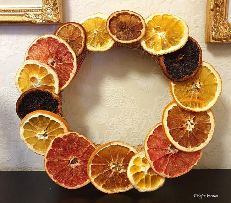 Färdig krans på halmstomme med torkade citrusfrukter
