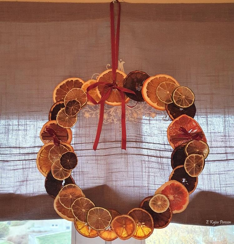 Krans med torkade citrusfrukter och kanelstänger