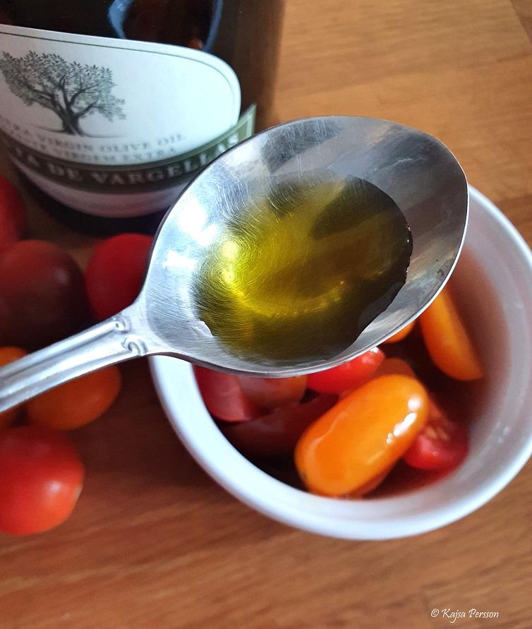 Härlig Olivolja på en sked till tomater