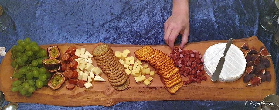 Serveringsbräda med ost och chark