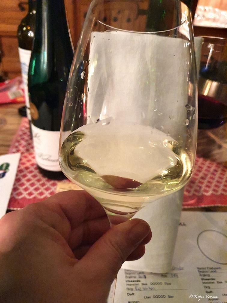 Håll en vit servett bakom vinglaset för att se färgen bättre