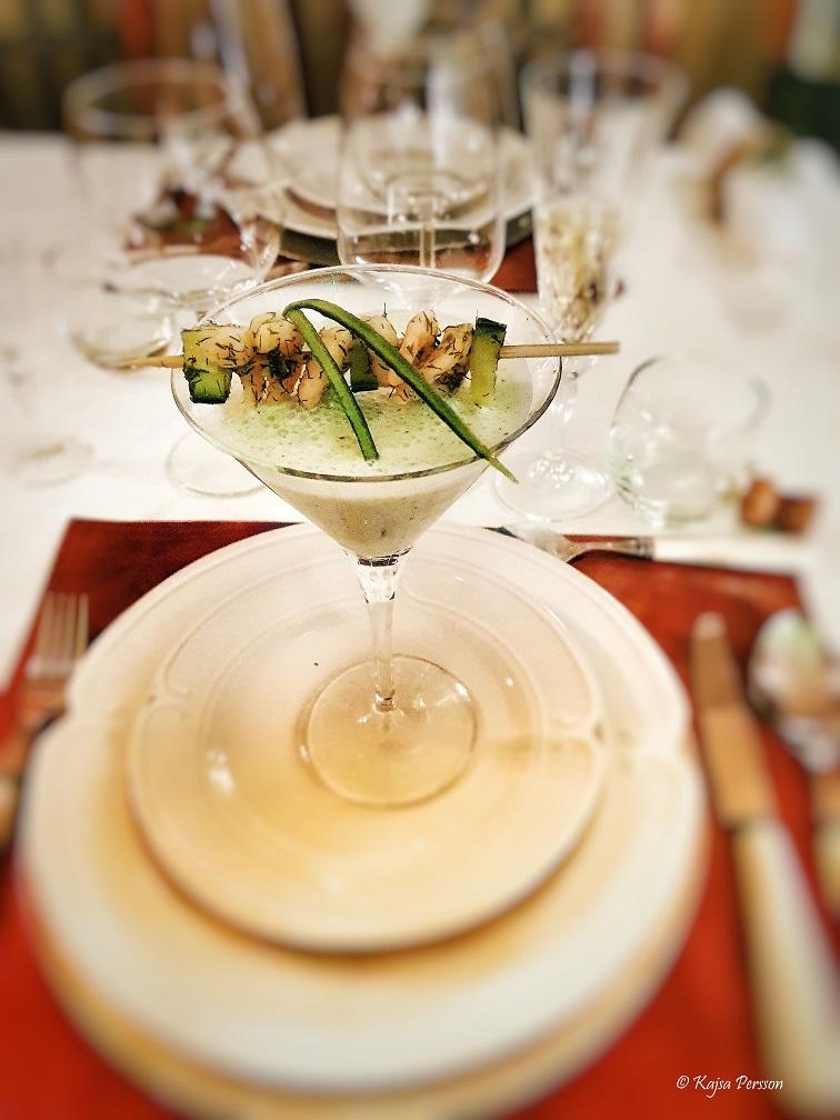Gurksoppa med räkspett i ett cocktailglas