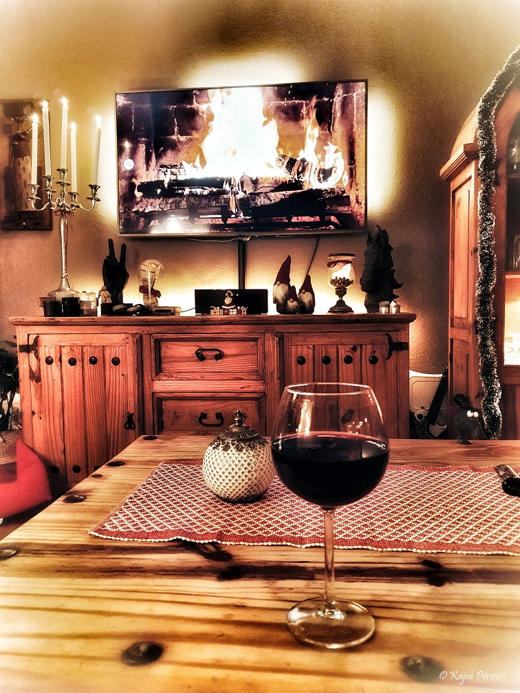 Öppen eld på TV n och ett glas rött