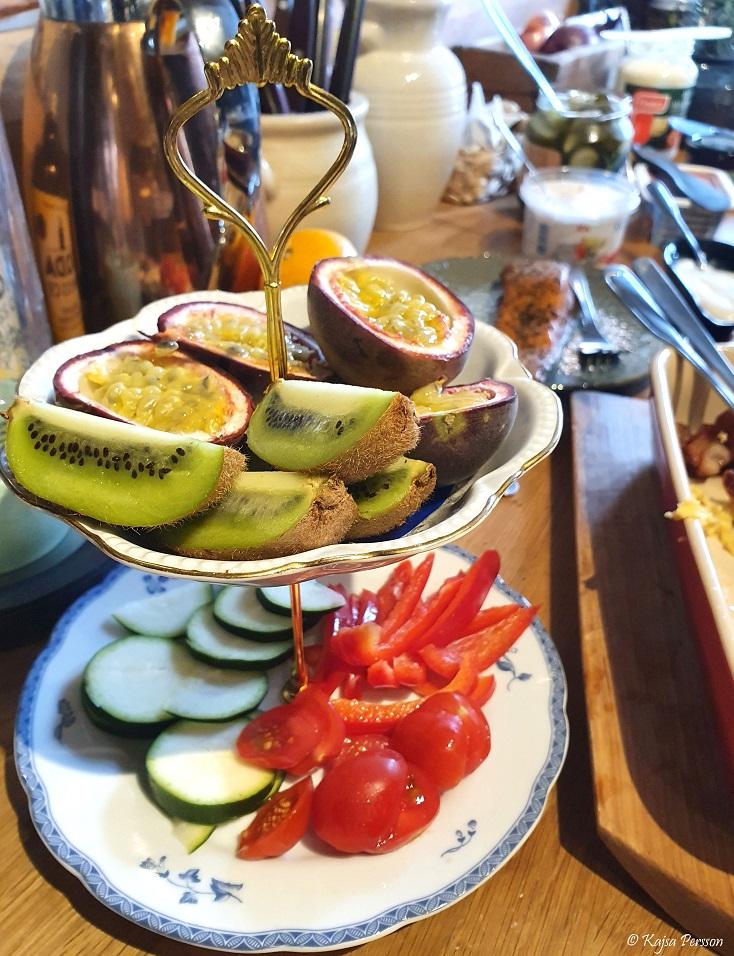Frukt och grönsaker på ett tvåvånings kakfat