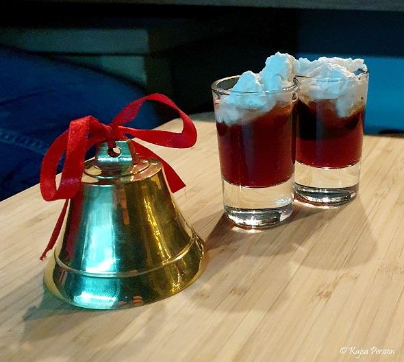 Två glögghotshot och en julklocka