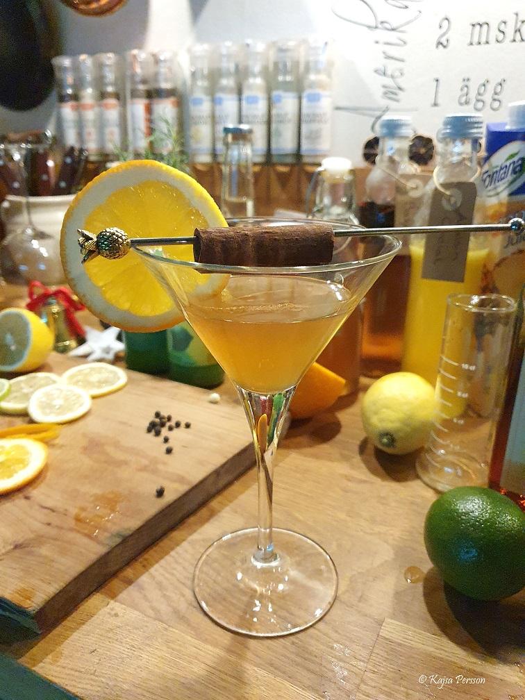 Kanelkyss en av kvällens juldrinkar i ett cocktail glas