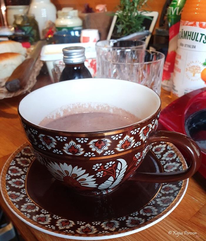 varm choklad i en brunmönstrad kopp på vår brunch hemma