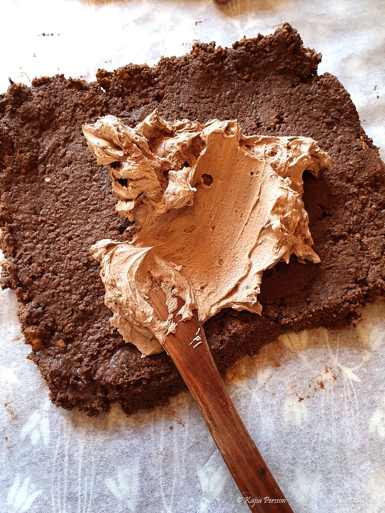 Chokladfrosting på en nutellabotten