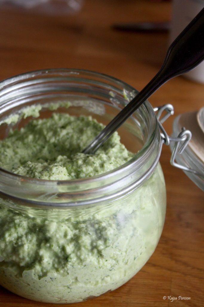 Limegrön Broccoli och Mandel pesto i en glasburk