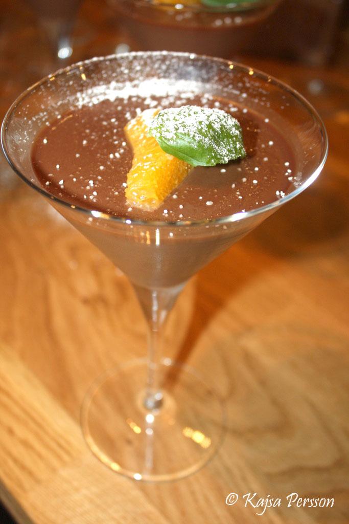 Chokladpannacotta med apelsin i ett martiniglas.