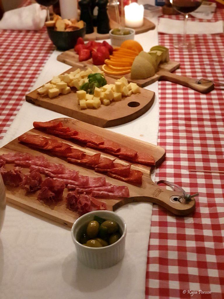 Dessert brickor med frukt, ost och chark