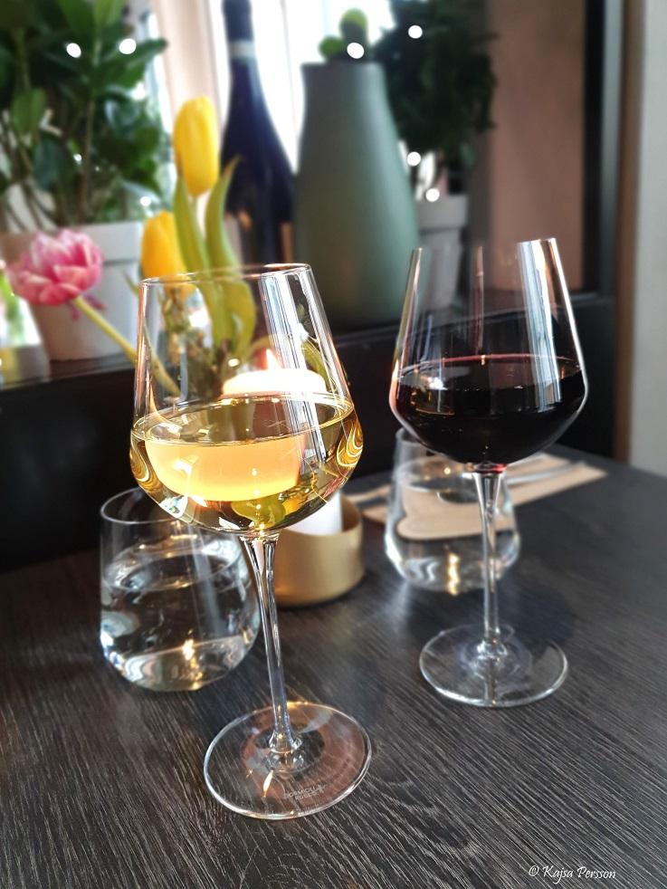 Ett glas vitt vin och ett glas rött vin