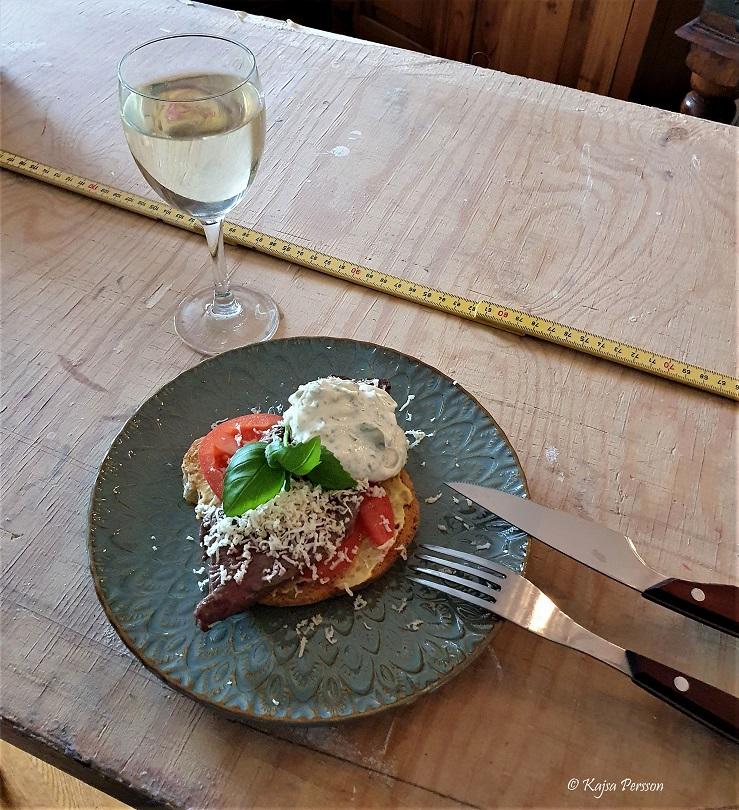 Lyxig helg lunch bookmaker toast på ett tapetserar bord