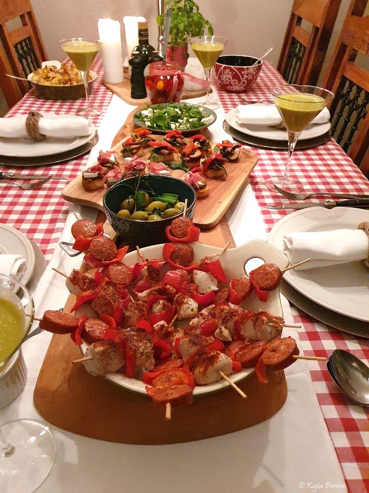 Pinchitos mat på spett på vårt tapas bord