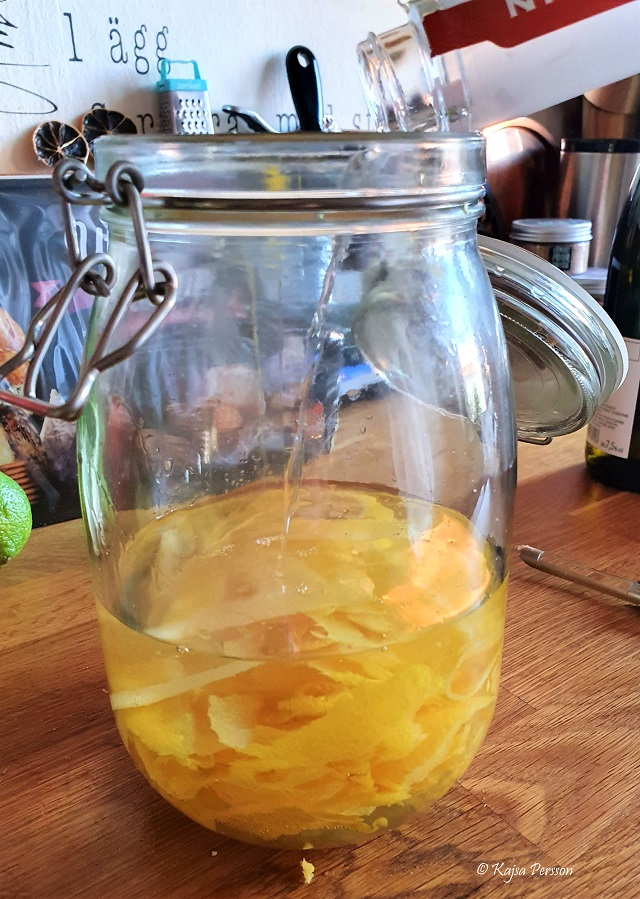 Häll på vodka på citronskalen i en burk för starta din omgång av Limoncello