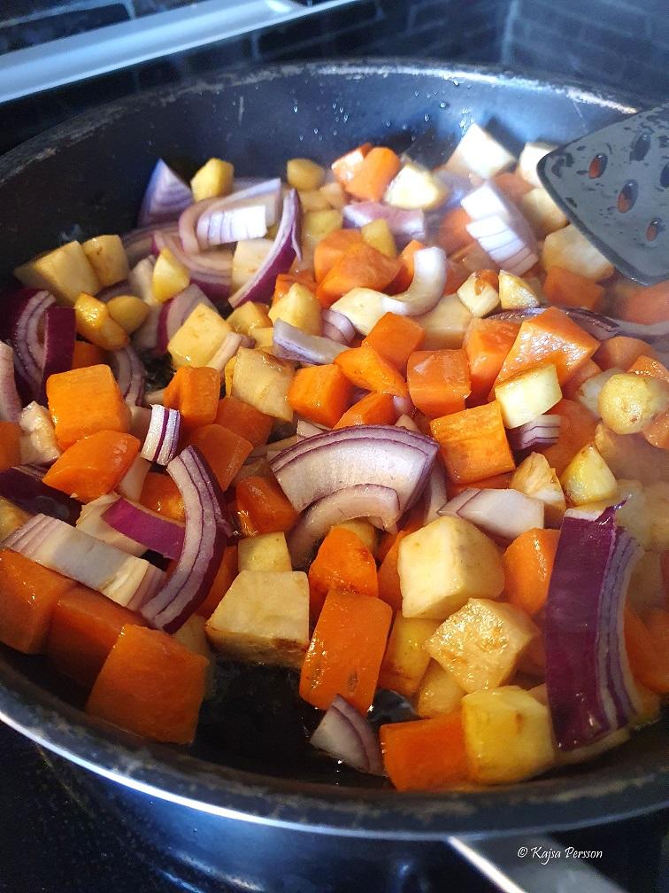 Stek rotfrukter och rödlök