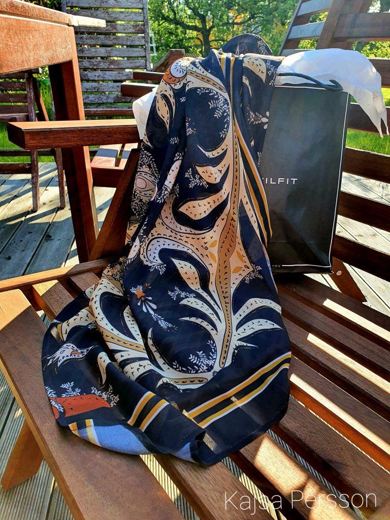 Sommar strandklänning som hänger över en stol