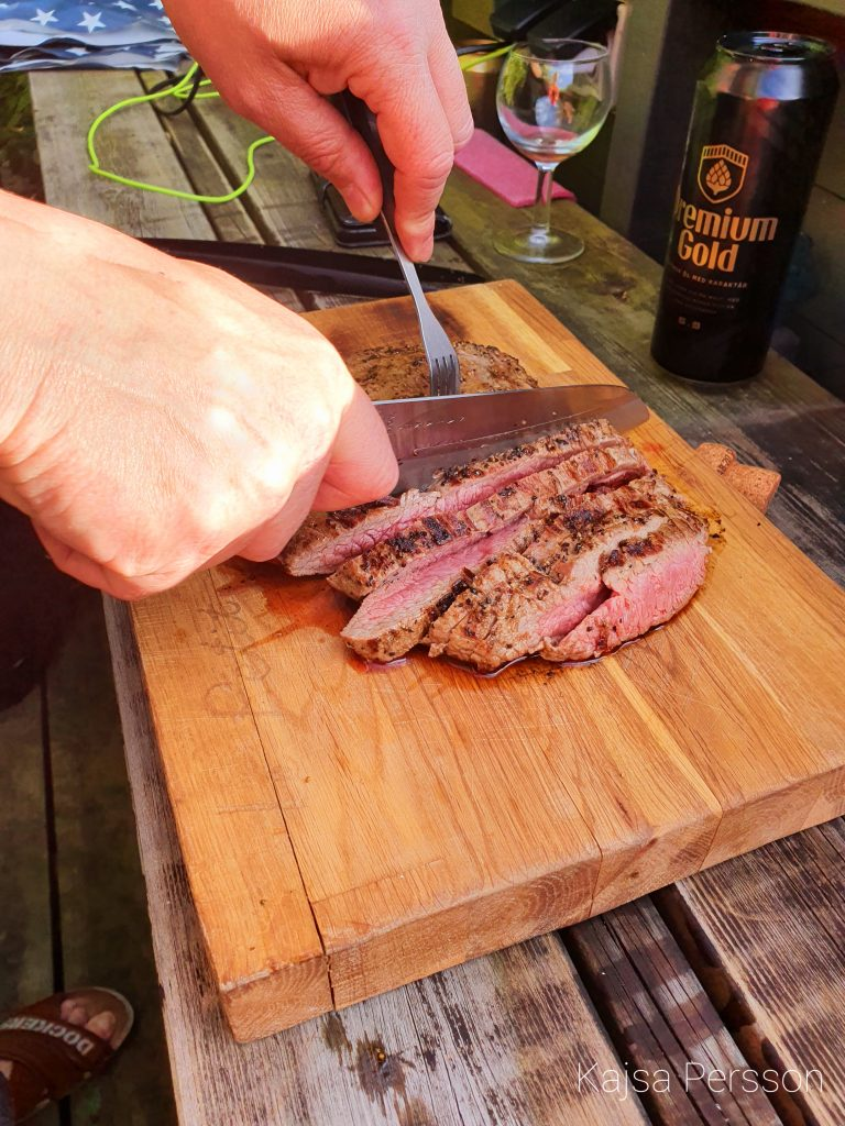 Händer som Skivar stekt kött