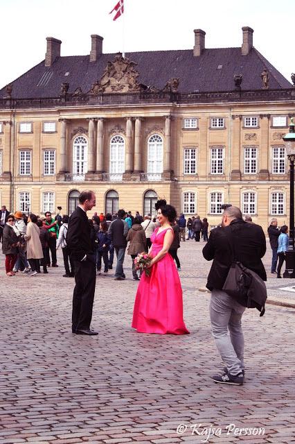 Bröllopsfotografering på Amalienborgs borggård i Köpenhamn