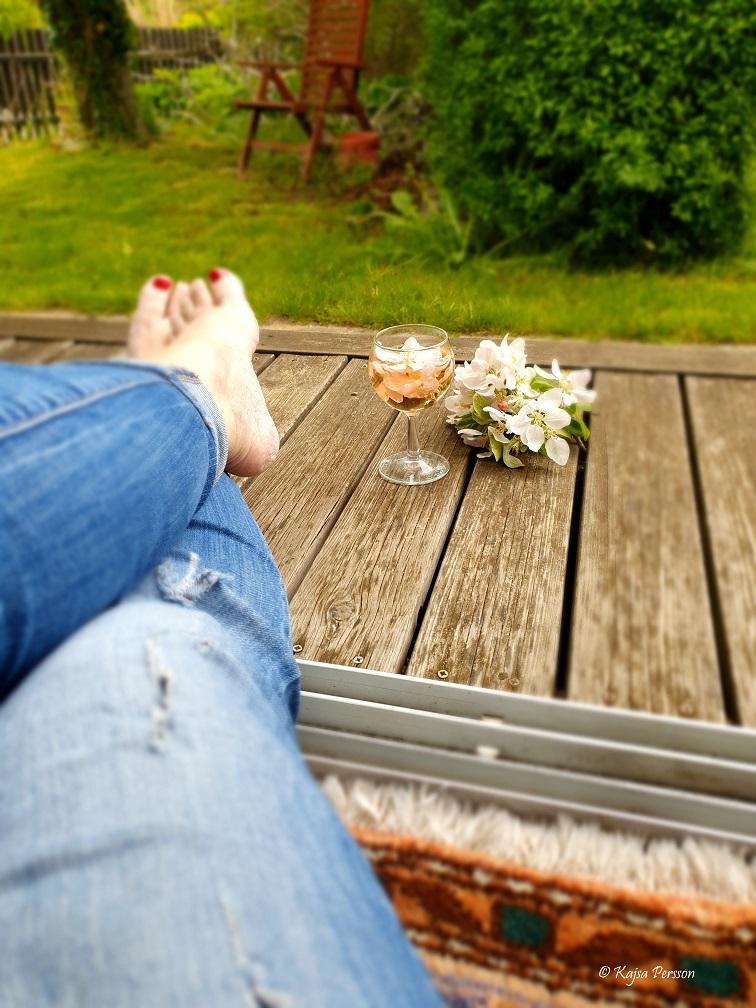 Rosévin i vinglas på en trätrappa