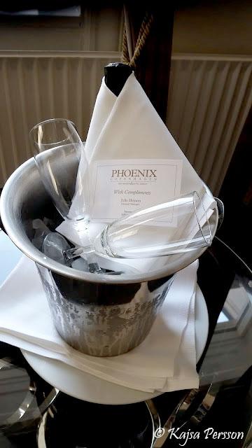 Champagnehink med vit servett, två champagneglas och en flaska Champagne på hotell Phoenix, Köpenhamn