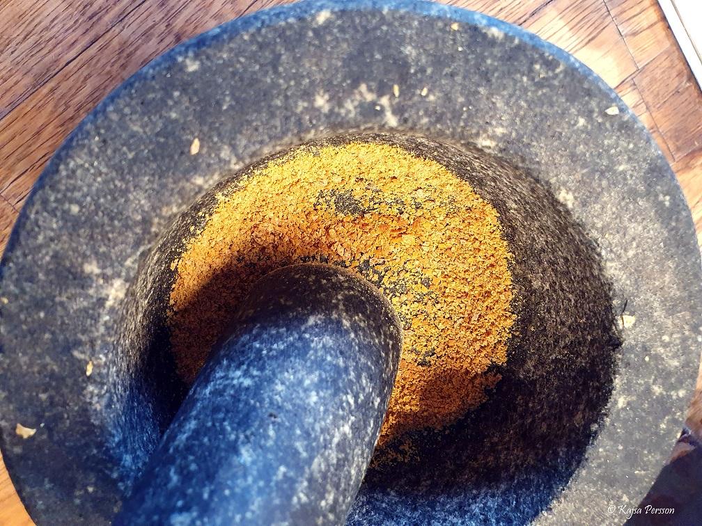 Torkad citron som pulver för att använda som krydda