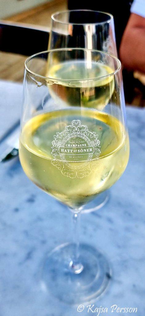 Ett glas med Champagnen Hatt et söner Restaurang Ivar i Malmö