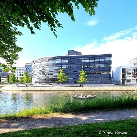 Nya Hovrätten i Malmö och Malmö kanal med en båt framför