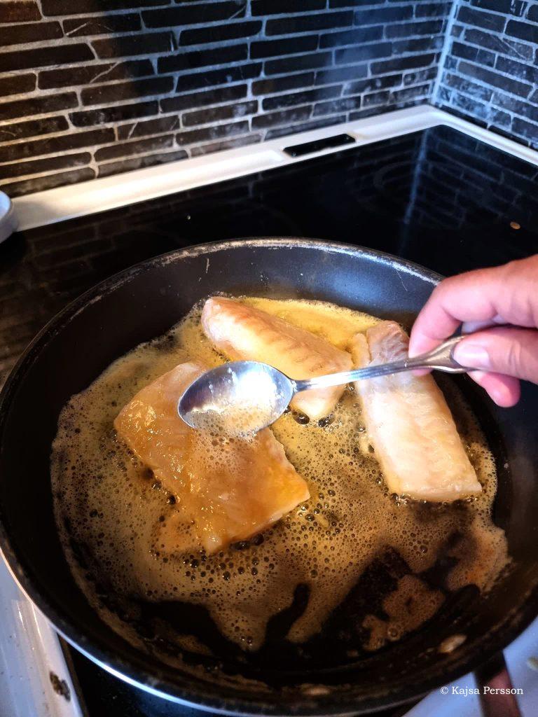 Ösa smöret pn'r man steker torsk är viktigt hela tiden