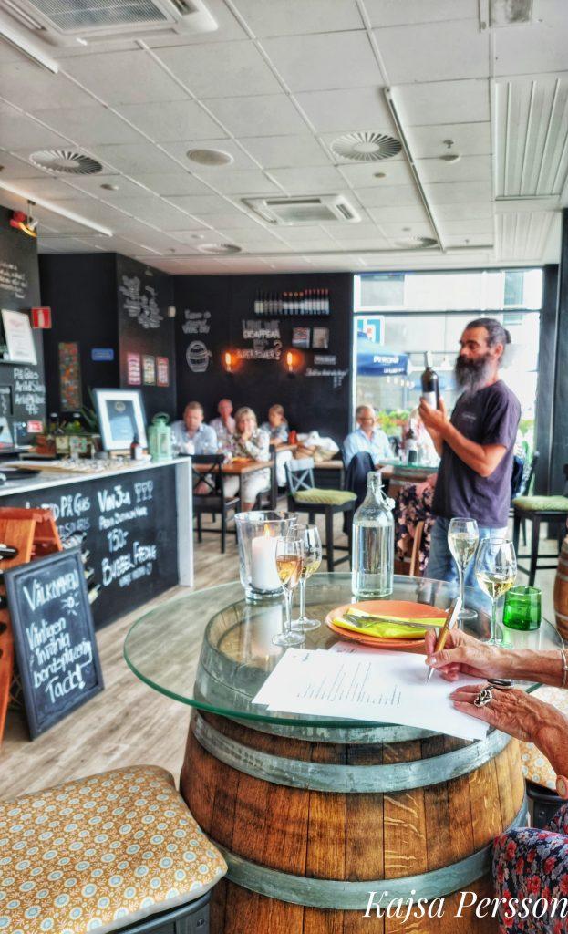 Murre håller i kvällens sortimentsprovning på Swedish Wine Center