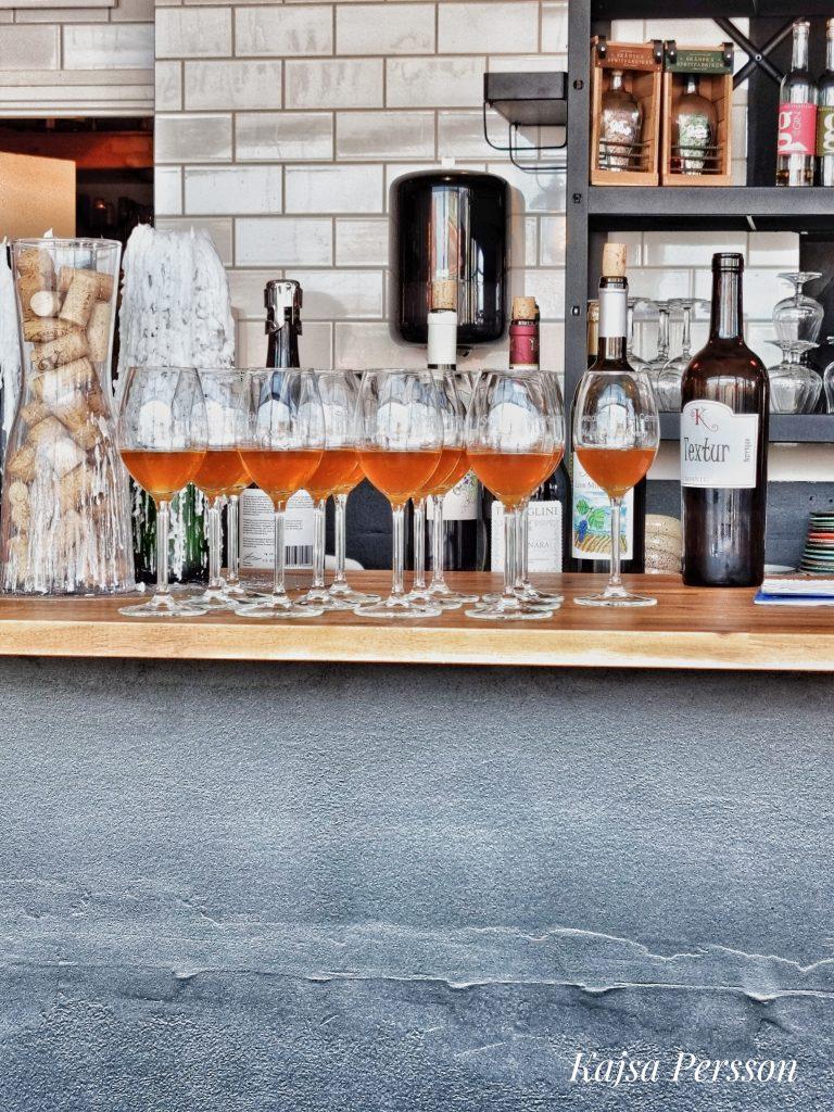 Flera glas av orangea vinet Textur Barric på ett barbord