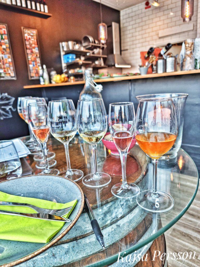 Sortimentsprovning med fem olika viner