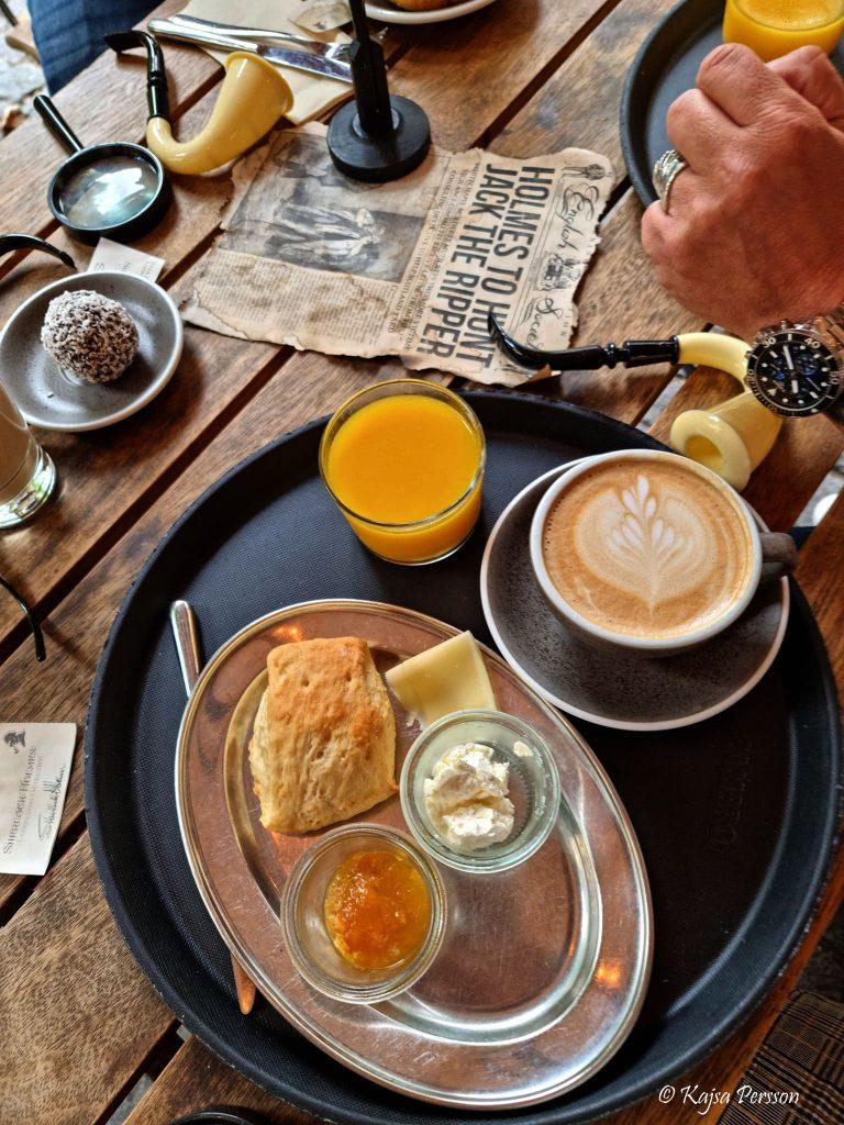 Frukost på Lilla Kafferosteriet, Malmö scones, sylt, färskost, cappucino och apelsinjuice på en bricka