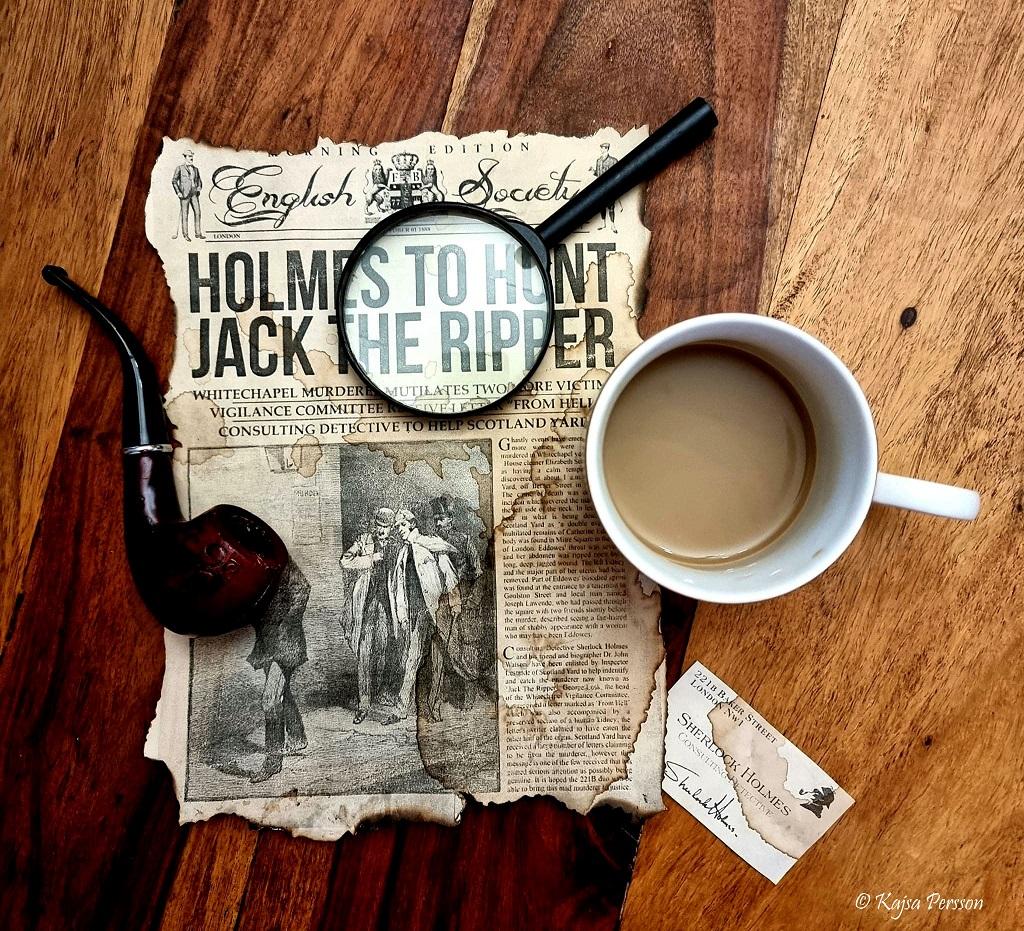 Kaffekop, pipa, gammal tidningsutklipp om Jack the Ripper och ett Sherlock Holms visitkort