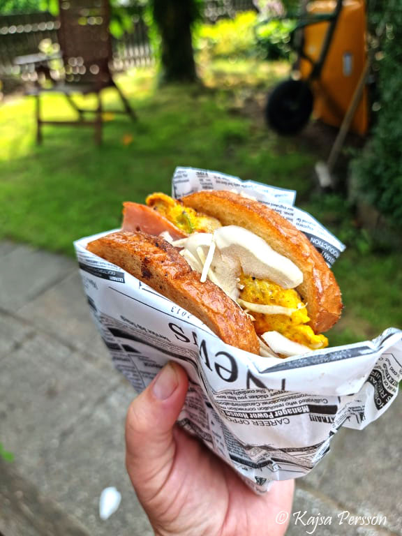 Koreansk street toast i min hand ute i trädgården