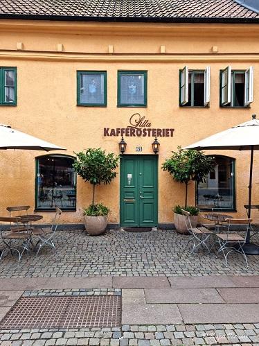 Ingången till Lilla Kafferosteriet i Malmö - gult hus, grön trädörr