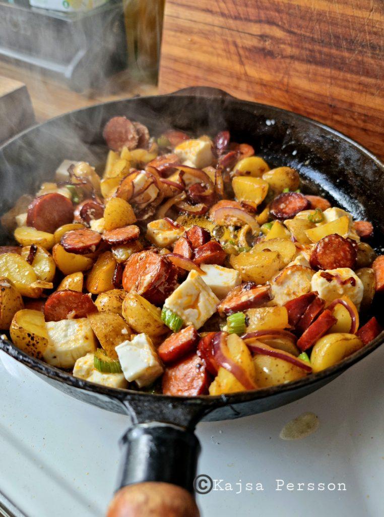 Rester av sremska, potatis, lök, fetaost, selleri i stekpanna