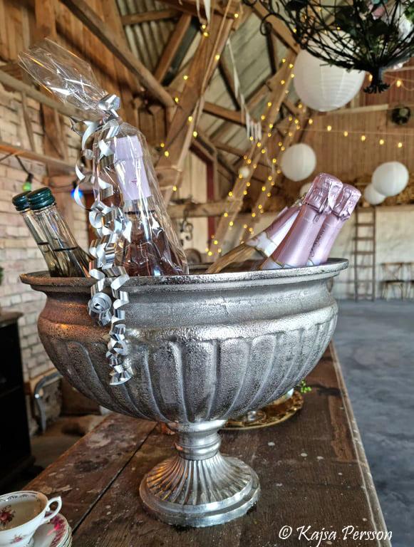 Champagnekylare med flaskor på en bardisk