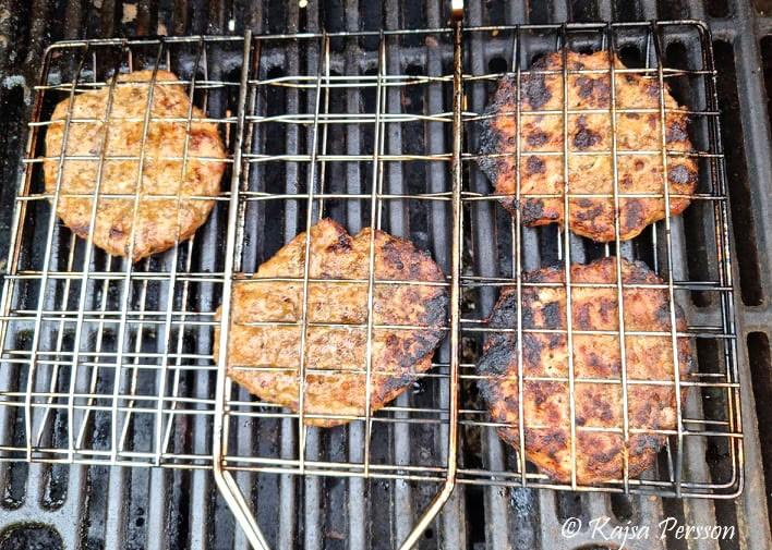 Grillade hamburgare i halster på grillen