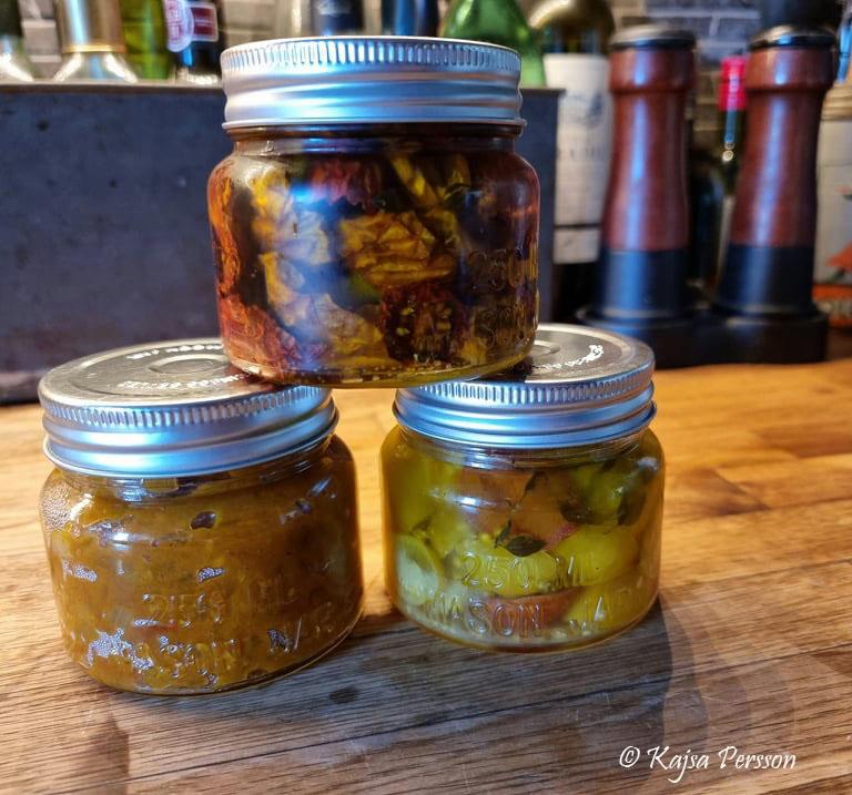 Hemmagjorda soltorkade tomater, tomat chutney, konserverade tomater i glasburkar och en massa goda tomat recept