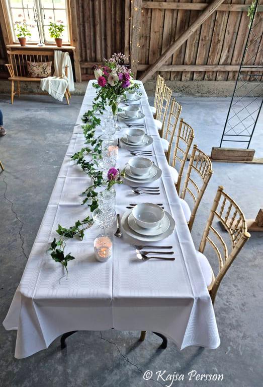 Mossdala gård och ett vackert honnörsbord är uppdukat i deras festlokal