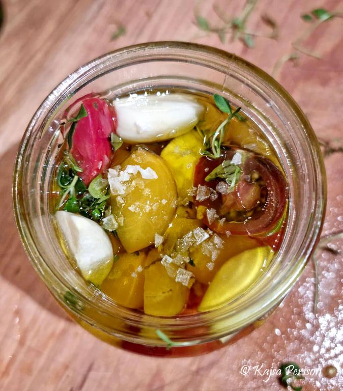 Konserverade tomater i en glasburg