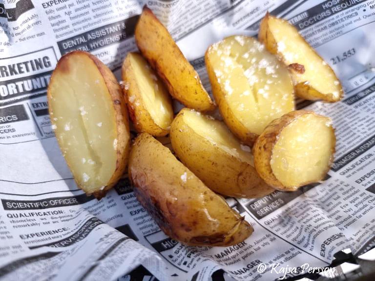 Rostade potatishalvor av nypotatis
