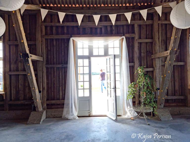 Vackra vita pardörrar leder en ut till en stor altan på Mossdala gård