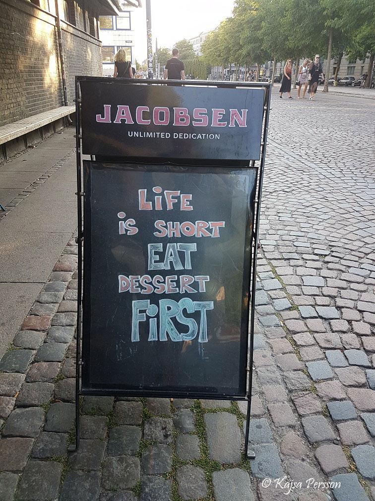 Life is to short eat dessert first skylt i Danmark