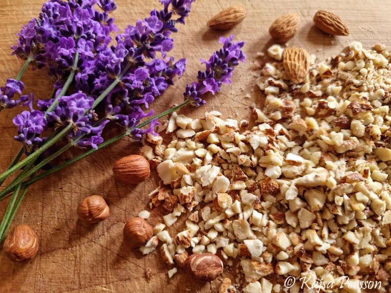 Lavendel med hackade nötter och mandel