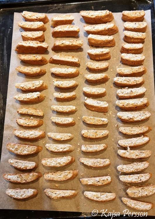 Mandelskorper i fyra rader på en bakplåt redo för tork