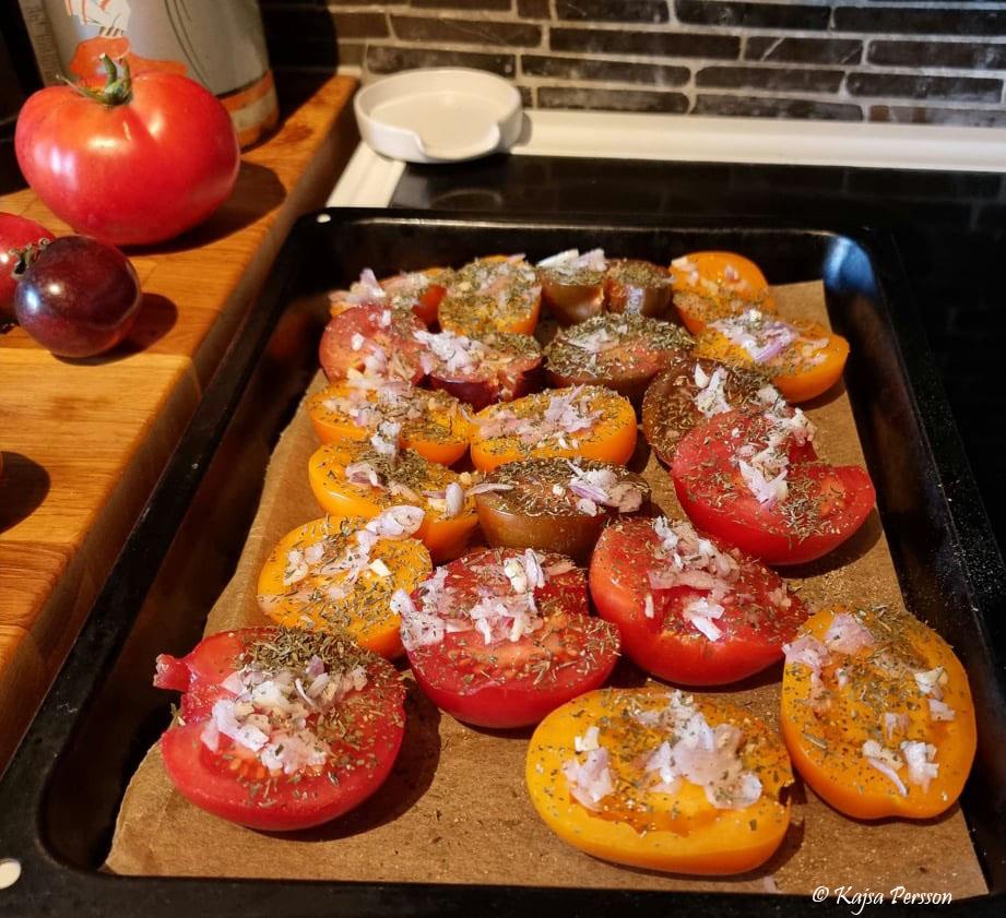 Tomater redo för ugnen