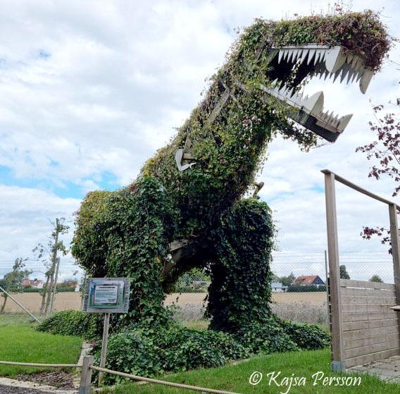 T-Rex på Vellingeblomman Fantasy garden