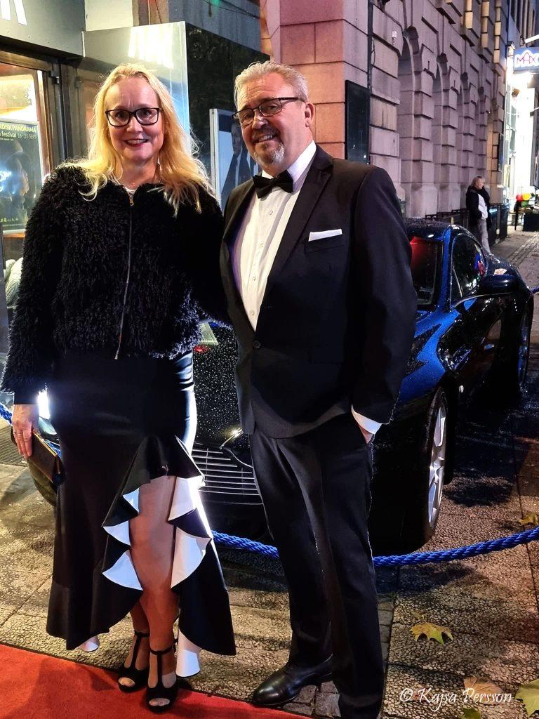 Vi går på röda mattan och blir fotograferade framför Bond bilen på kvällens Bond premiär